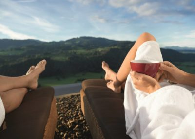 Paar entspannt sich mit Bergblick im Allgäu - Alpenwellness Allgäu © Allgäu GmbH